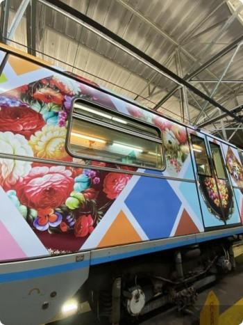 В московском метро появился вагон, украшенный тагильскими подносами