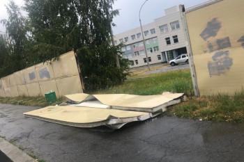 В Екатеринбурге на 11-летнего ребёнка упал школьный забор