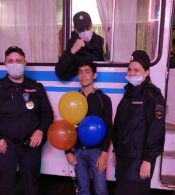 В Нижнем Тагиле полицейские помогли подростку с воздушными шариками поздравить младшего брата с днём рождения и не попасть в беду