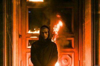 Известный художник поджёг главный офис ФСБ. «Горящая дверь Лубянки – это перчатка, которую бросает общество в лицо террористической угрозе» (ВИДЕО)