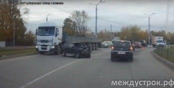 В Нижнем Тагиле малолитражка влетела под встречный грузовик (ВИДЕО)
