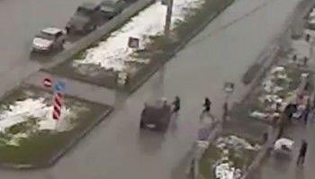 В Нижнем Тагиле иномарка сбила женщину с коляской на пешеходном переходе (ВИДЕО)