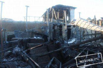 Хозяева сгоревшего дома, из-за которого образовались массовые пробки в Нижнем Тагиле, начали разбирать завалы (ФОТО)