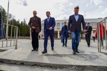Куйвашев совершил вторую поездку по области в новом статусе. В вотчине ЕВРАЗа врио губернатора прочитал стих, высадил клён и обсудил проект, который обеспечит свердловских металлургов сырьём минимум на 70 лет