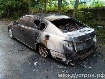 В центре Нижнего Тагила подожгли Lexus
