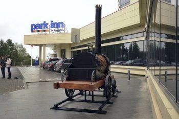 Модель паровоза Черепановых появилась рядом с отелем Park Inn by Radisson в Нижнем Тагиле
