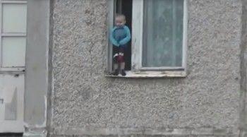 На Урале ребёнок вышел на карниз 8 этажа (ВИДЕО)