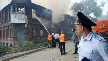 В частном секторе в Ростове-на-Дону начался пожар. Месяц назад там сгорели 100 домов (ВИДЕО)