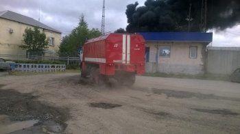 «Есть риск нового взрыва». Пламя с горящего резервуара нефтебазы перекинулось на соседний