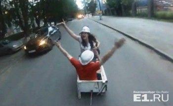 В Екатеринбурге выпускники УрФУ попали в аварию, катаясь на холодильнике (ВИДЕО)