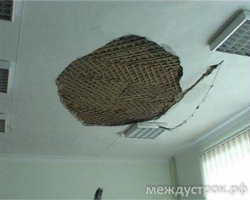 Рухнувший потолок в тагильской школе. Фото