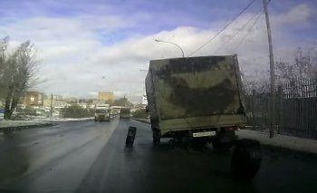 В Екатеринбурге у грузовика отвалились колёса во время движения (ВИДЕО)