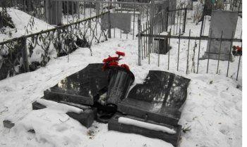 Малолетние вандалы разрушили восемь надгробных плит