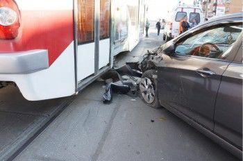 В Нижнем Тагиле Hyundai сбил пенсионерку и врезался в трамвай
