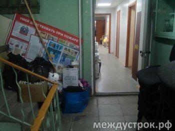 «Это какой-то театр абсурда». После приватизации здания администрации часть чиновников осталась на улице
