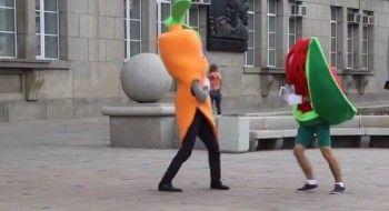 Арбуз подрался с морковью! (ВИДЕО)