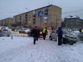 В центре Нижнего Тагила автомобиль въехал в забор (ВИДЕО)