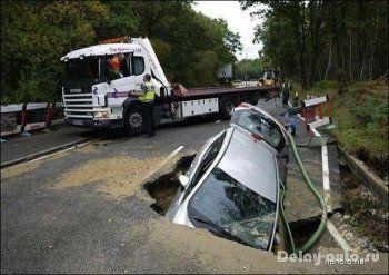 Ночью в Нижнем Тагиле провалился под землю автомобиль (ВИДЕО)