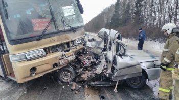 «Десятка» врезалась в рейсовый автобус на свердловской трассе. Есть погибшие (ФОТО)