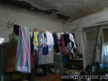 «Дом дураков, из которого не выбраться». Многодетная тагильчанка несколько лет умоляет чиновников переселить семью из аварийной комнаты в психбольнице