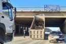 Под Среднеуральском самосвал с поднятым кузовом врезался в мост (ВИДЕО)