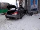 В Екатеринбурге машина врезалась в автобусную остановку, есть пострадавшая