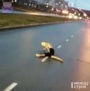 «Смотри, какой-то урка, весь переколотый». В Нижнем Тагиле на ГГМ полуголый неадекватный мужчина бросался под колёса автомобилей (ВИДЕО)
