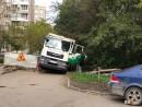 В Екатеринбурге мусоровоз провалился под землю (ВИДЕО)