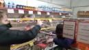 Блогер из Нижнего Тагила отбивался от охранника магазина газовым баллончиком во время съёмки выпуска про «просрочку» (ВИДЕО)